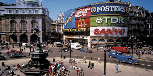 A25EF9 TRAFFIC AND TOURISTS PICCADILLY CIRCUS LONDON